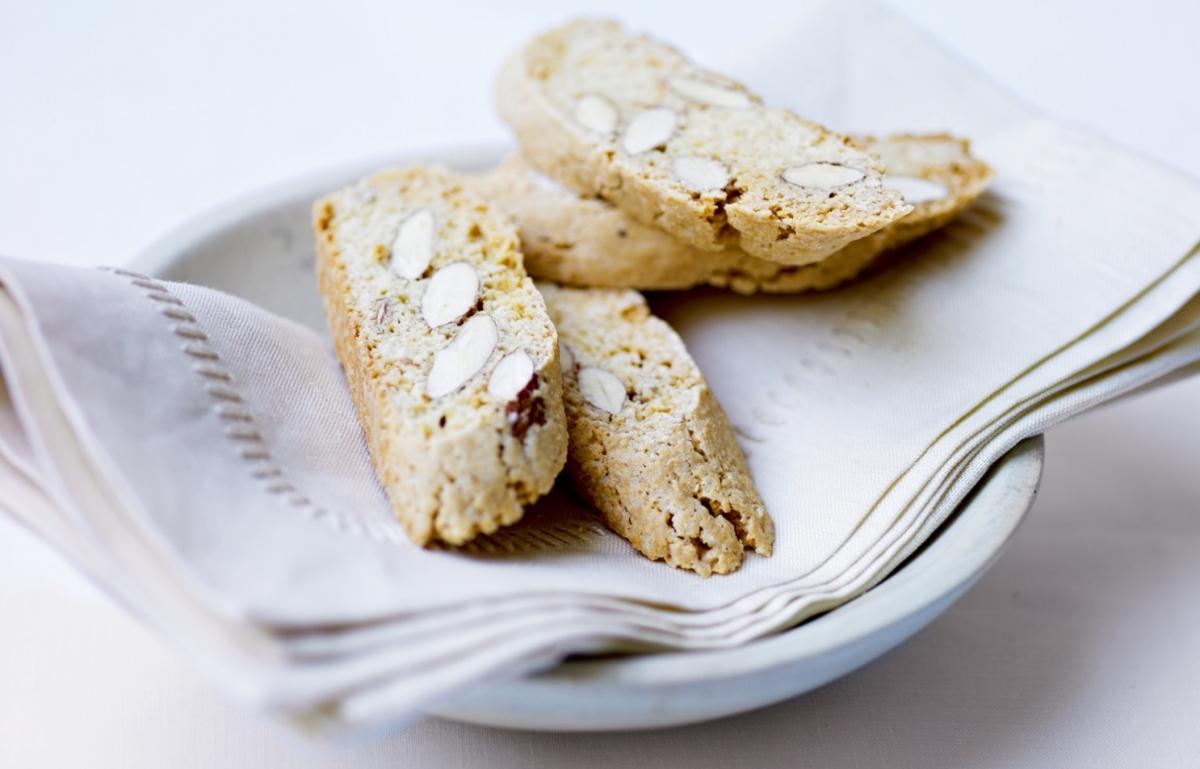 Cakes almond biscotti