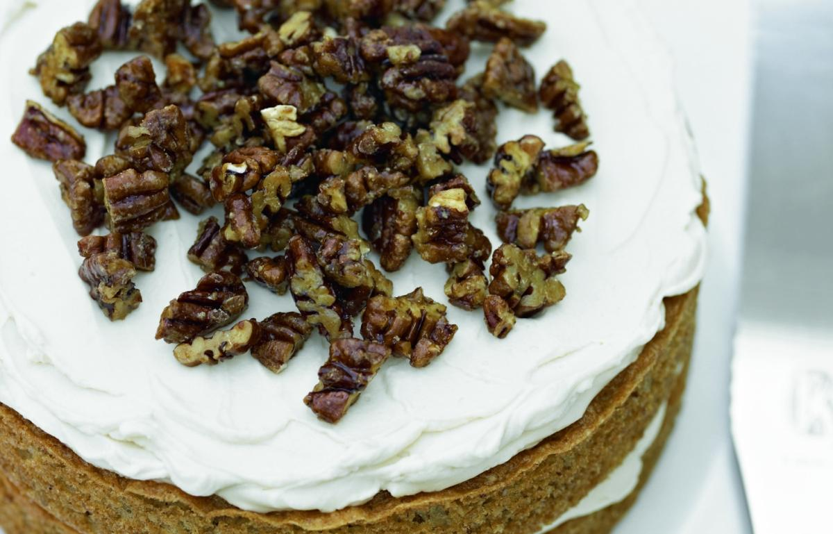 Cakes maple and caramelised pecan cake