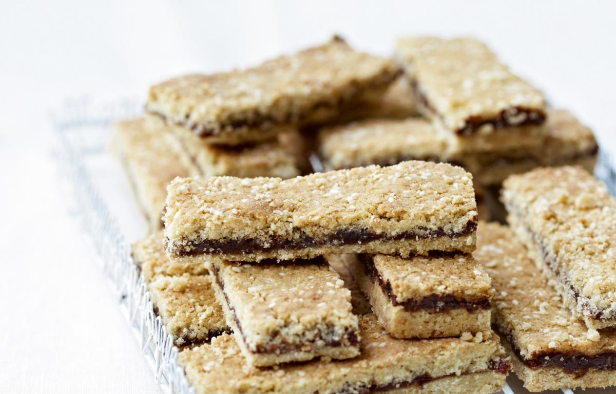 Cakes spiced date and sesame crunchies