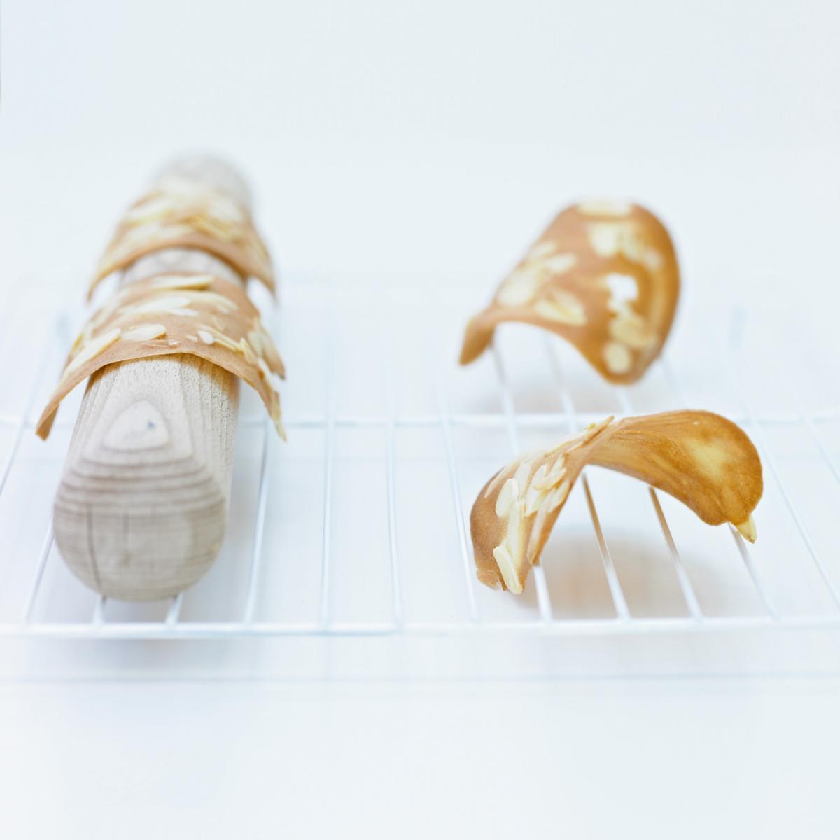 Cakes almond tuiles