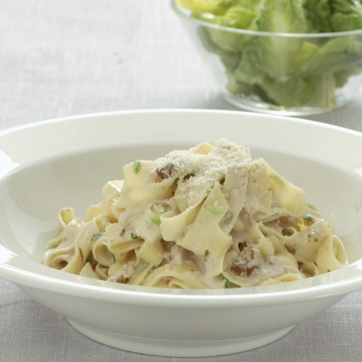 Vegetarian tagliatelle with gorgonzola and toasted walnuts